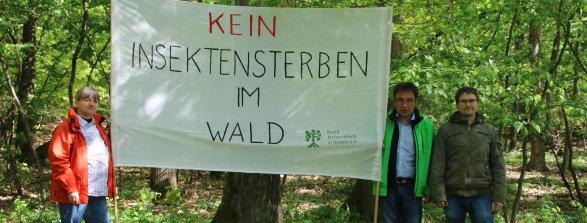 Stiller Protest unter Eichen (von links): Karin Eigenthaler und Dr. Ralf Straußberger mit Waldbesitzer Alexander Seitz.
