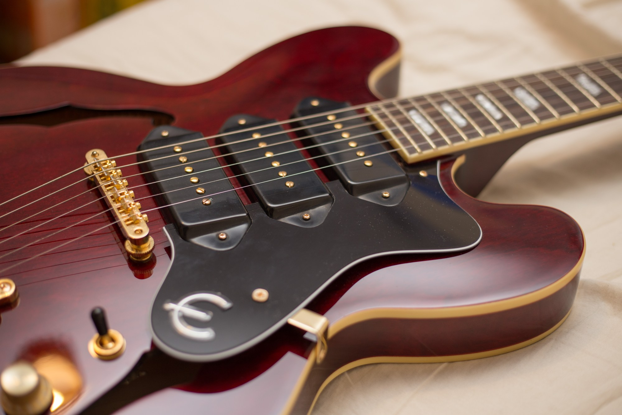 hight resolution of the epiphone riviera with a fretboard made of rosewood with a pearloid parallelogram overlay is a beautiful semi hollow guitar that produces an adaptable