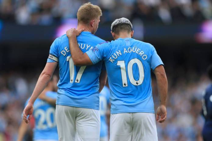 17th August 2019 - Premier League - Manchester City v Tottenham Hotspur - Sergio Aguero of Man City puts his arm around teammate Kevin De Bruyne of Man City - Photo: Simon Stacpoole / Offside. *** Local Caption *** (Simon Stacpoole / OFFSIDE / PRESS / PRESS SPORTS)