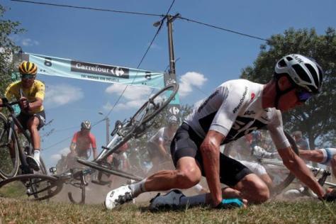 Cyclisme sur route - Cyclisme sur route - Chris Froome, à terre à l'entrée d'un secteur pavé. (Reuters)