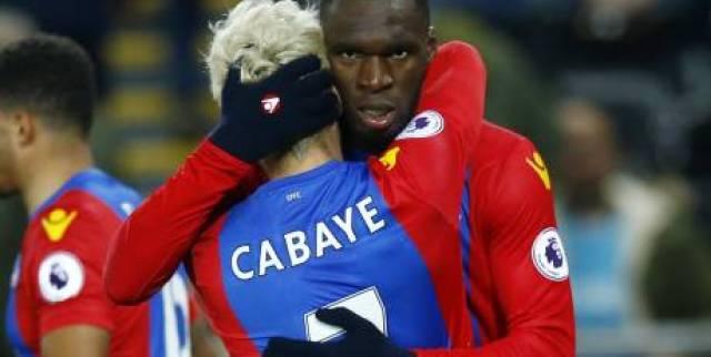 Christian Benteke et Yohan Cabaye se congratulent : Crystal Palace a mis fin à sa série de défaites. (Reuters)