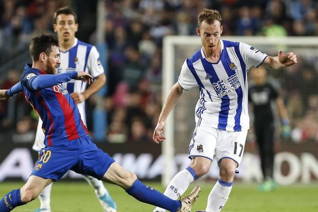 Football - Synia Dalmat - David Zurutuza in the fight with Lionel Messi. (Mr. Trigueros / Cordon / Sports Press)