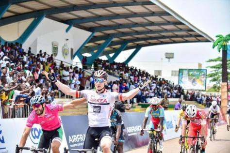 Cyclisme sur route - Tropicale Amissa Bongo - Félicité par l'Algérien Youcef Reguigui (en rose), André Greipel peut savourer sa première victoire 2019. ( - ) Tropicale Presse