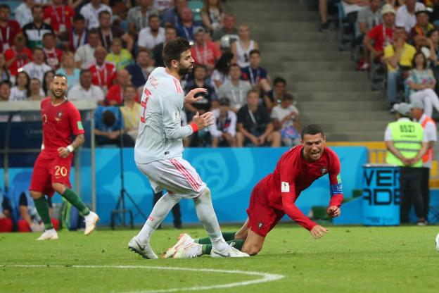 Football - Coupe du monde - La faute de Piqué sur Cristiano Ronaldo. (Reuters)