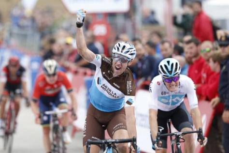 Cyclisme sur route - Cyclisme sur route - La joie de Geniez, vainqueur au sprint face à Van Baarle. ( Yuzuru Sunada/Presse Sports)