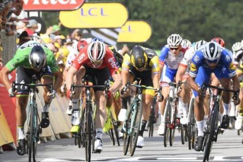 Cyclisme sur route - Tour de France - Mal placé et finalement enfermé, Arnaud Démare ne peut être que spectateur de la bataille finale entre Gaviria (à droite), Greipel (au centre) et Sagan (à gauche). ( B.Papon/ L'�quipe)