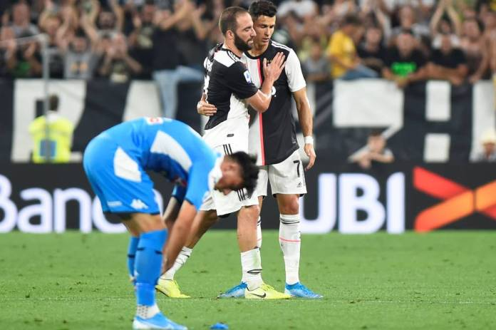 Soccer Soccer - Serie A - Juventus vs Napoli - Allianz Stadium, Turin, Italy - August 31, 2019 Juventus' Gonzalo Higuain embraces Cristiano Ronaldo as he is substituted off REUTERS / Massimo Pinca (Reuters)