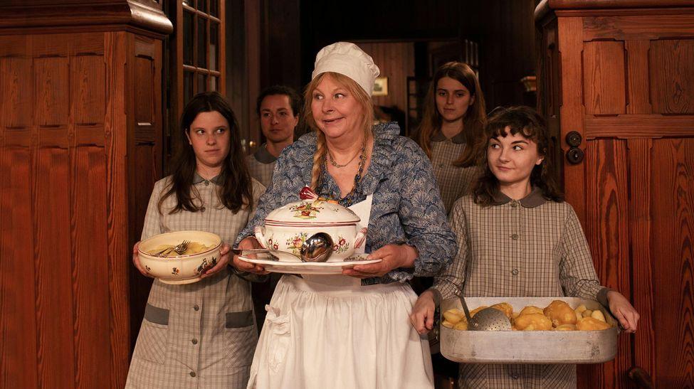 Une éducatrice (Yolande Moreau) et ses pensionnaires.