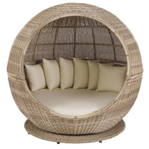 rundes gartenbett aus harzgeflecht mit ecrufarbenen kissen maisons du monde