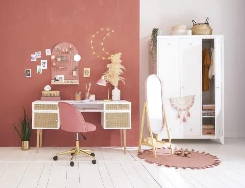 Le collezioni di mobili sono realizzate mescolando stili e influenze proveniente da tutto il mondo. Sedia Da Scrivania Vintage A Rotelle In Velluto Rosa Mauricette Maisons Du Monde