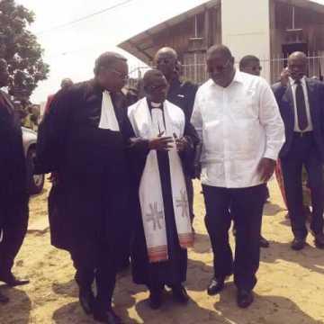 Augustin Bouengone (centre), élu président de l'Église évangélique du Gabon