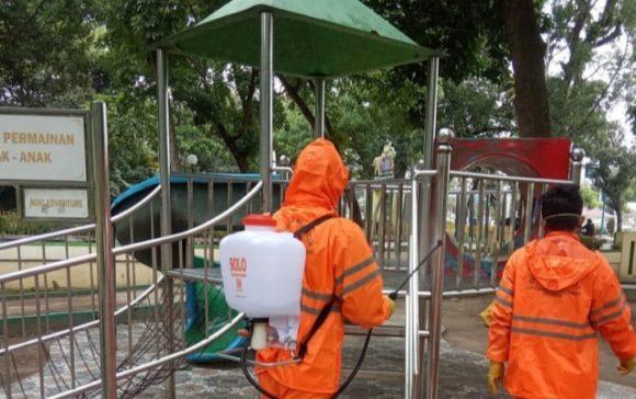 Giliran Taman Kota yang Disemprot Desinfektan