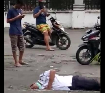 Heboh, Satpam Ditemukan Warga Tergeletak Pingsan di Pinggir Jalan
