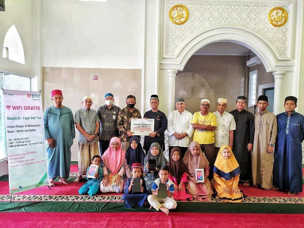 BNI Syariah Medan Bantu Wifi Dan Handphone Untuk Daring Pelajar