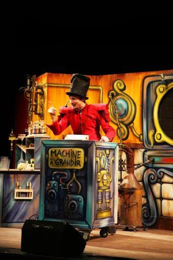 """Noël de la CMCAS Avignon, à la salle polyvalente de Montfavet. Spectacle """"Les écolopoux"""" (théâtre, magie, marionnette, clown et chansons), donné par """"Les Arts Vert & Cie"""" (contactlesartsverts.com)."""