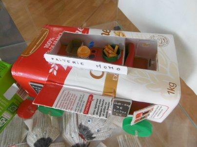 J7 : Les jouets pour playmobil de Chloé et Coralie : la friterie de Momo