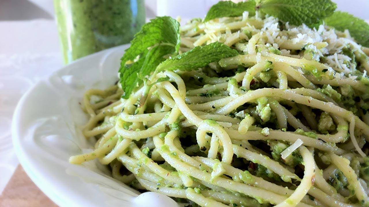 Una ricetta semplice ma originale spaghetti con pesto di menta e pomodorini pachino saltati