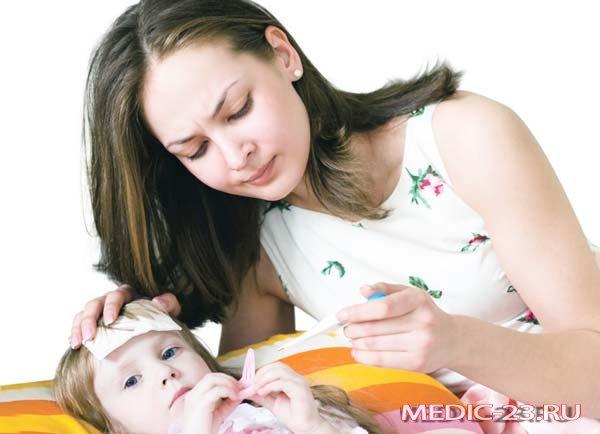 Мама применяет ибупрофен для дочери