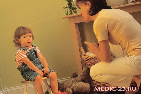 Мама разговаривает с девочкой о привычке сосать палец