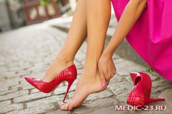 Девушка устала ходить на каблуках