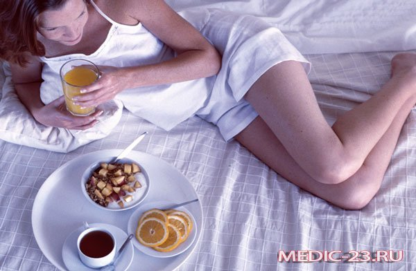 Девушка ест перед сном