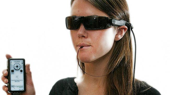 Ученые изобрели устройство, которое помогает слепым «видеть языком»