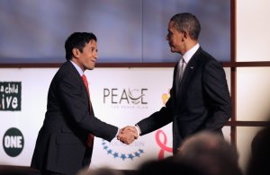 CNN-Dr-Sanjay-Gupta-welcomes-President-Barack-Obama-stage