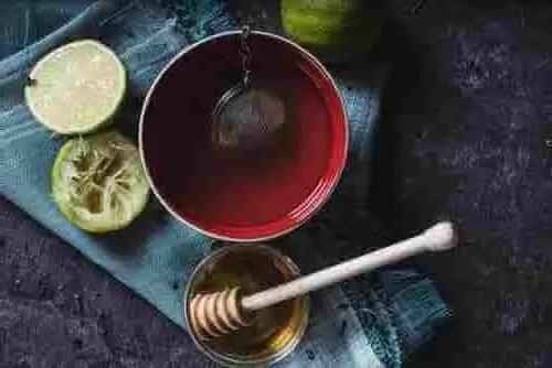remédio caseiro para dor de garganta - Chá com mel e limão
