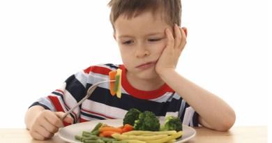 Introduzca la comida nueva dando cucharadas pequeñas y de forma espaciada, para no abrumar a su hijo.