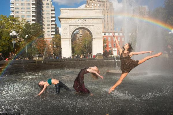 3 dancers in a fountain