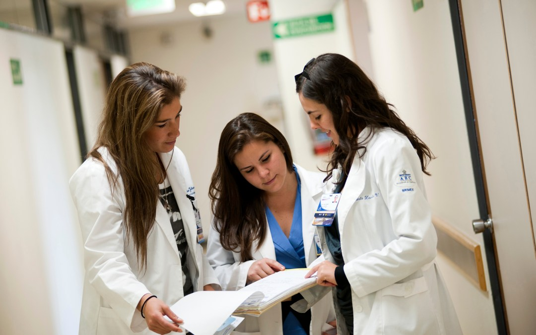 ¿Qué hace el médico internista y quién debe acudir a él/ella?
