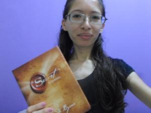 Dani Silva ganhou o livro O Segredo