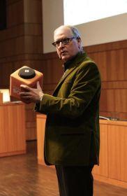 Prof. Dr. Fritz Gutbrodt mit der Catchbox