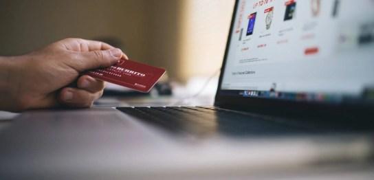 パソコンとショッピングサイト