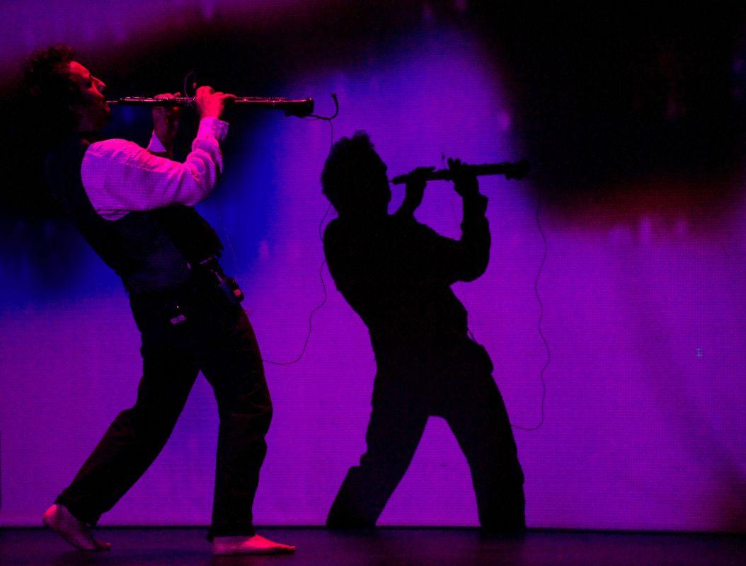 Russel Walder tocando el oboe jazz