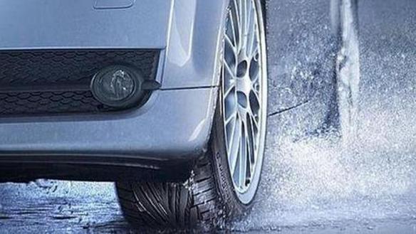 Comprueba el estado de los neumáticos, uno de los esenciales al revisar el coche