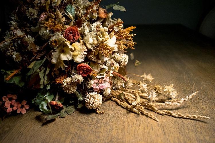 Cuáles son las ventajas y desventajas de este sistema en comparación con las flores frescas