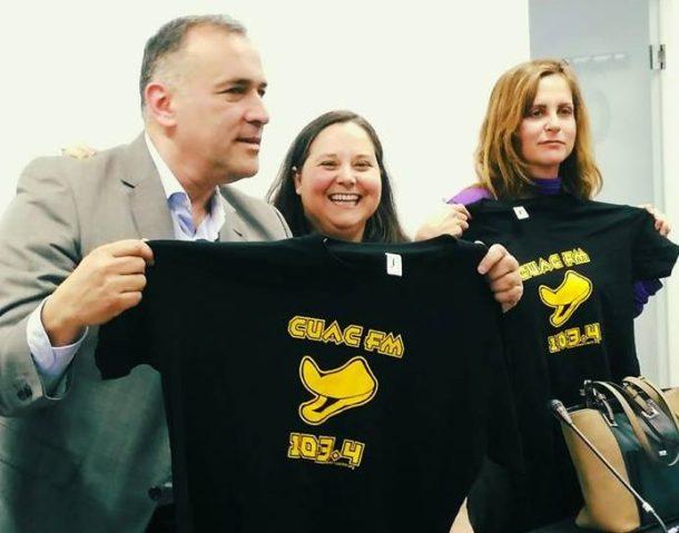 Fortes, Lima y Lema posan con la camiseta de CUAC FM.