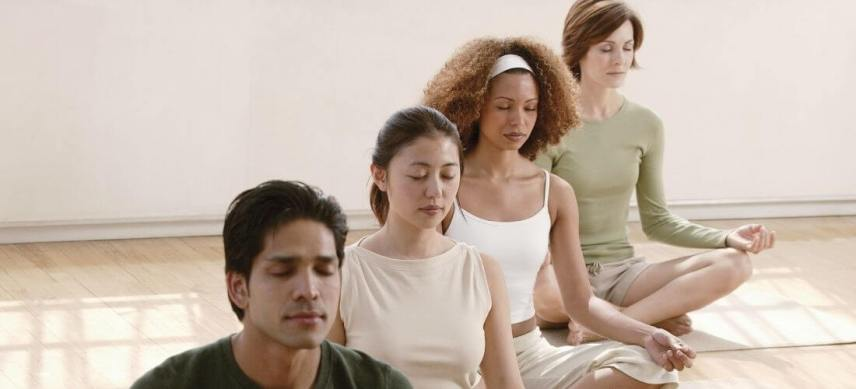 how to meditate group of people meditating