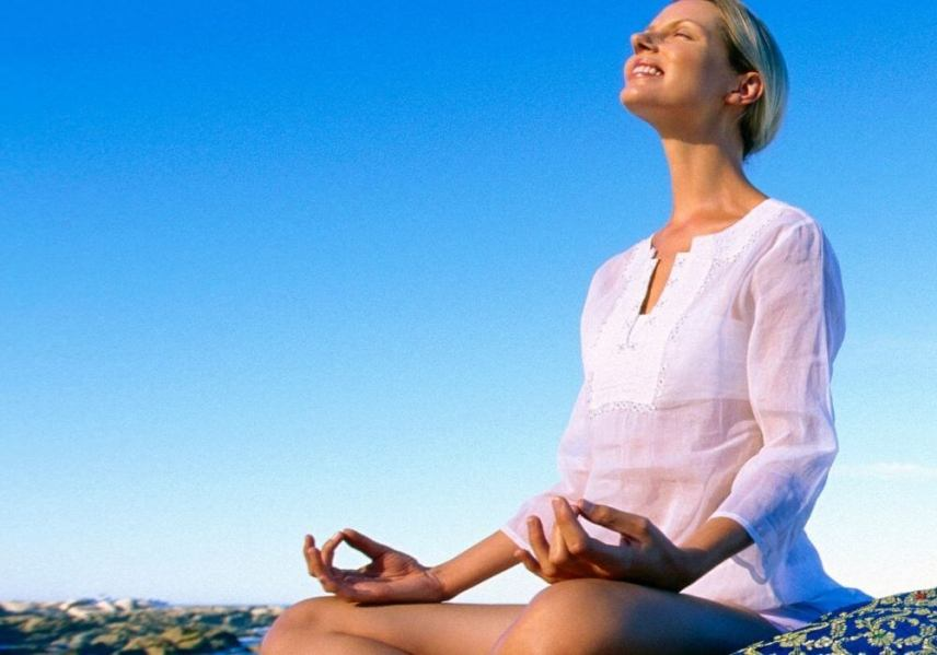 how to meditate for beginners kit woman meditating at the beach