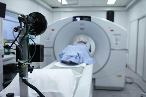 CT ohne Neurologen beurteilt – Hirnstamminfarkt zu spät behandelt – Krankenhaus und Chefarzt haften