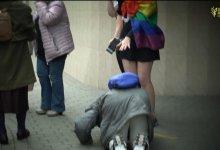 Photo of (VIDEO) Kristova snaga :Starica poljubila noge LGBT aktivistici a onda se dogodilo čudo