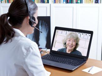 Ärztin in Videosprechstunde
