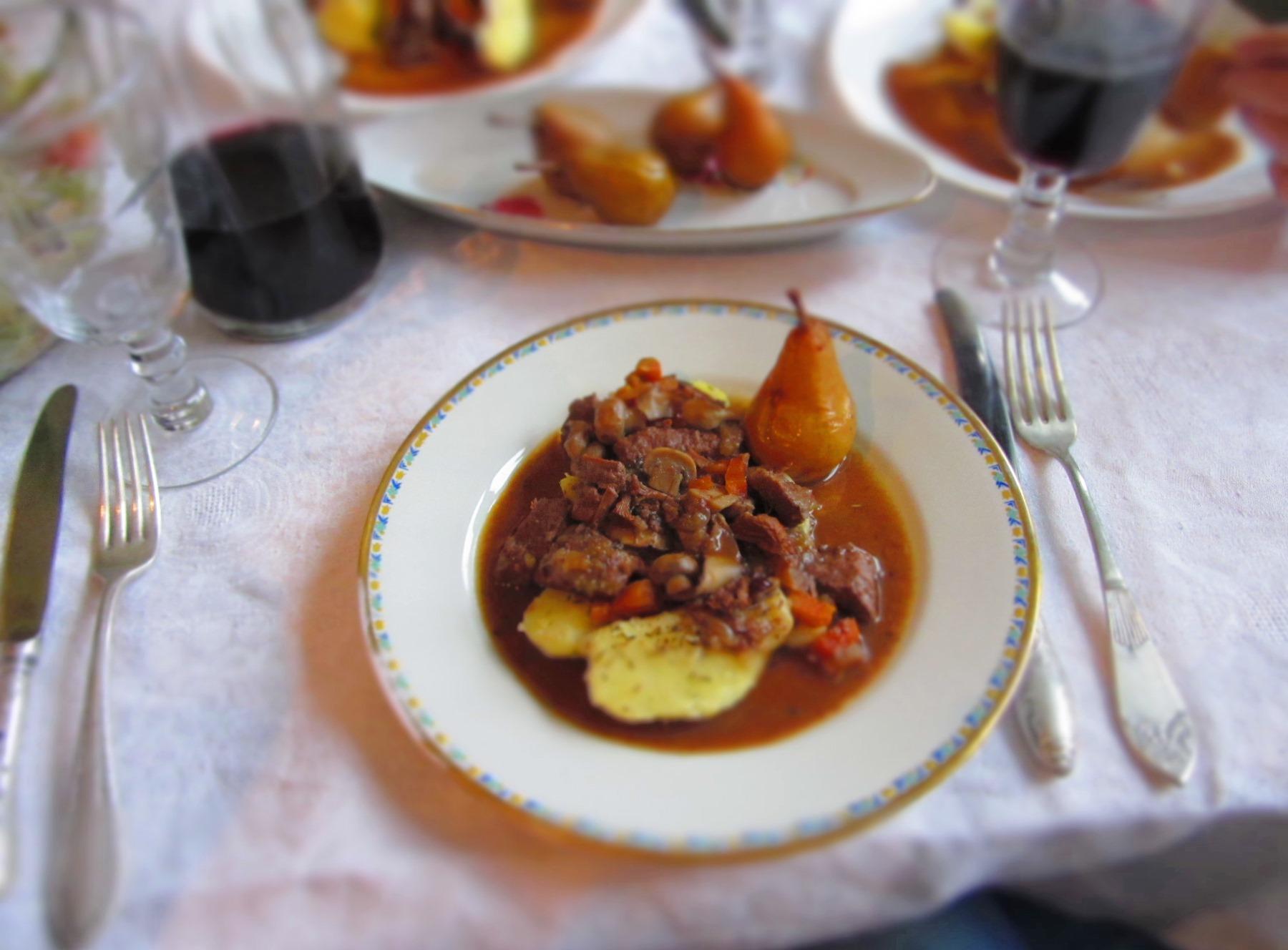 Brieža gaļas sautējums ar sēnēm, žāvētām dzērvenēm un jāņogu želeju