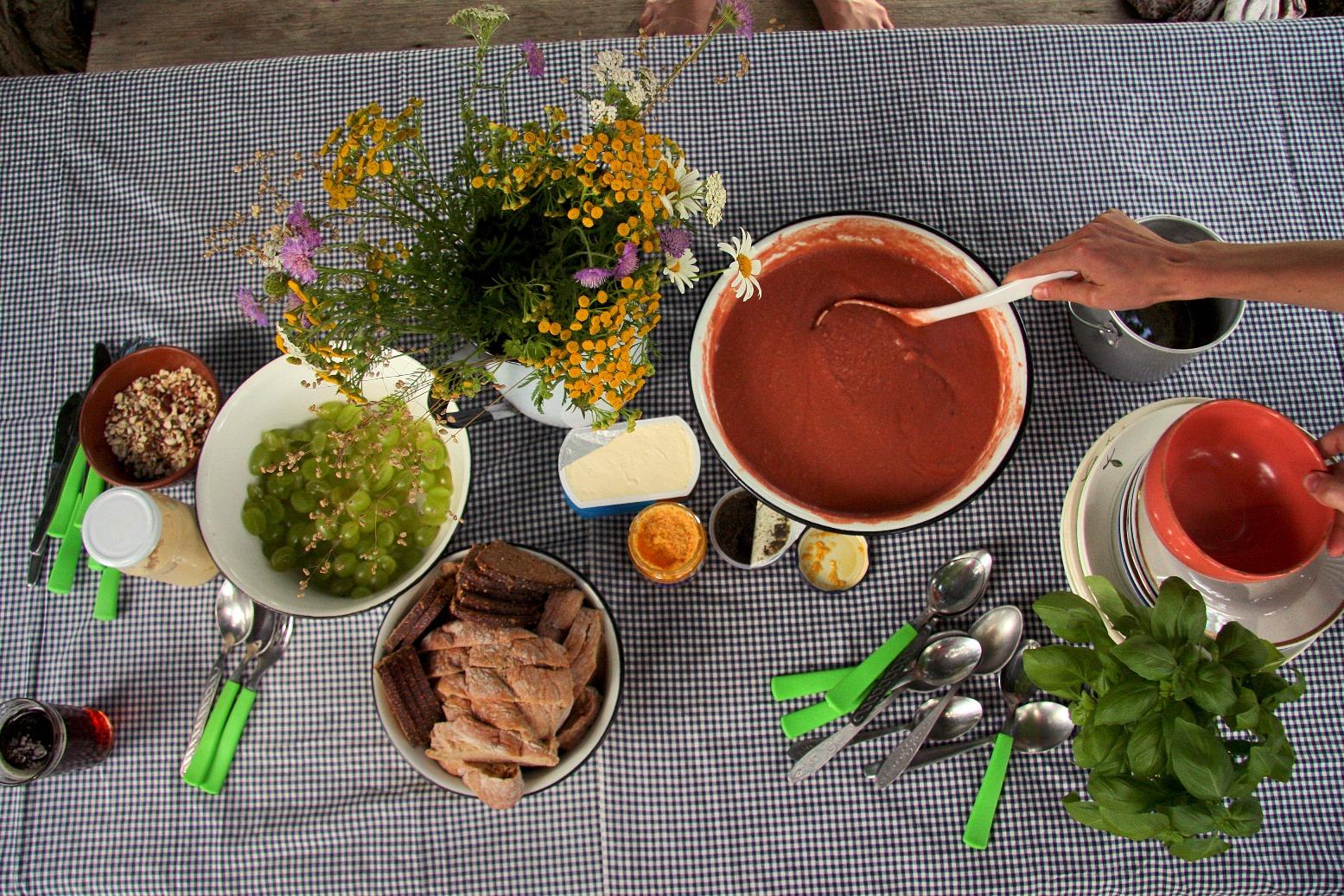 Aukstā tomātu-maizes zupa ar vīnogām (salmorejo)