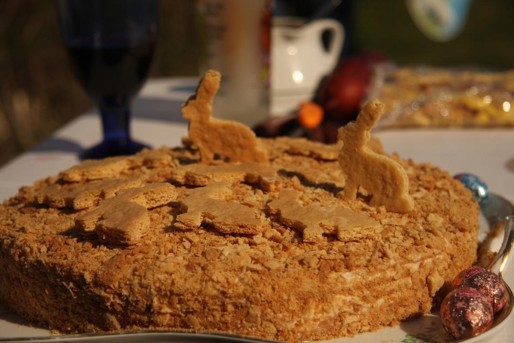 Medus kūka ar iebiezinātā piena krēmu