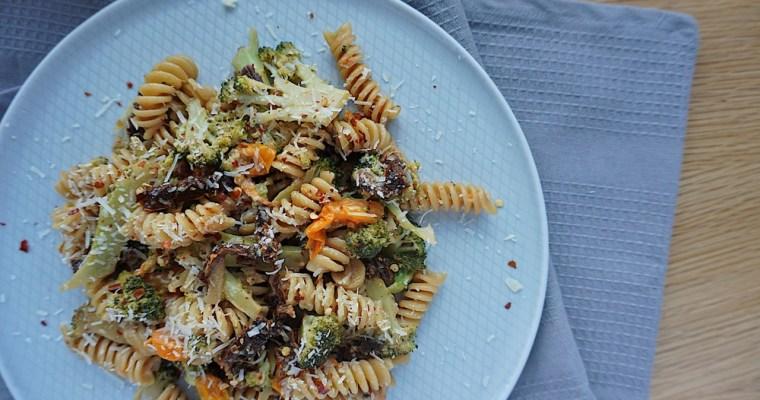 Pasta ar brokoļiem un kaltētiem tomātiem