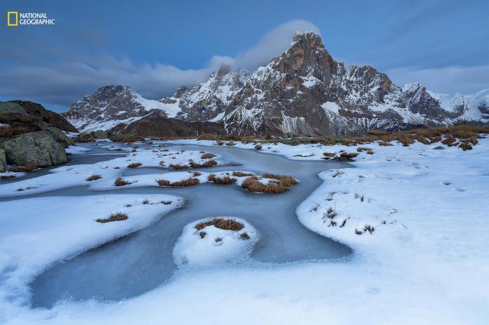 «Дикий каток». Второе место в категории «Пейзаж». На фотографии изображен горный массив Доломитовые Альпы (Италия). Снимок был сделан в первые дни зимы. Фото: Alessandro Gruzza / 2016 National Geographic Nature Photographer of the Year