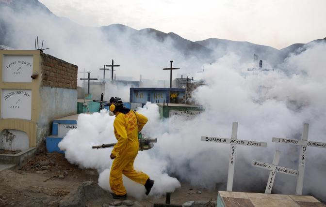 Окуривание кладбища из-за вируса Зика, Перу, 1 февраля Фото: Mariana Bazo / Reuterds / Scanpix / LETA