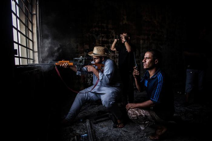 Снайпер стреляет по позициям, занятым «Исламским государством» в Ливии, 21 сентября Фото: Manu Brabo / AP / Scanpix / LETA